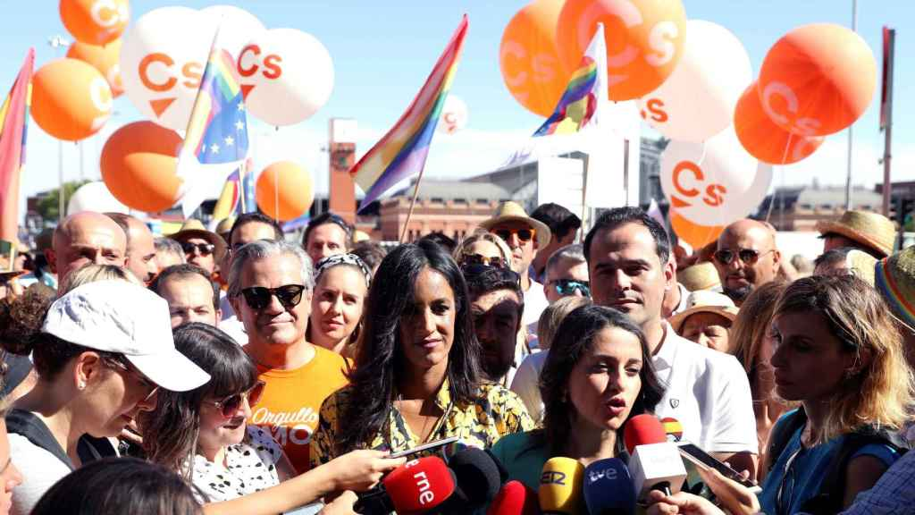 Begoña Villacís e Inés Arrimadas a tienden a los medios en medio del bloqueo a la comitiva de Cs en el Orgullo 2019.