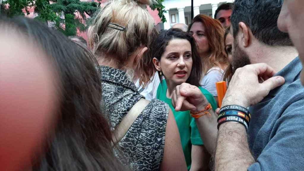 Inés Arrimadas, con la cara desencajada, ya rodeada juntos otros líderes de Cs en el Orgullo 2019.
