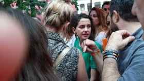 Inés Arrimads, con la cara desencajada, ya rodeada juntos otros líderes de Cs en el Orgullo 2019.