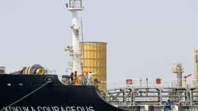 Petrolero en una refinería local.