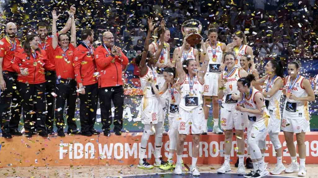 La selección española celebrando en Eurobasket femenino