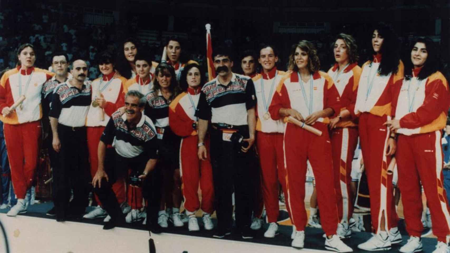 La selección femenina española de baloncesto tras ganar la medalla de oro en el Eurobasket de 1993