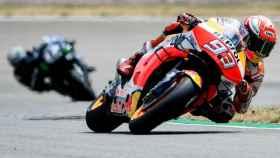 Márquez traza un viraje por delante de Viñales, durante la carrera de MotoGP en Sachsenring.