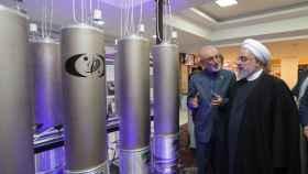 El presidente iraní, Hasán Rohaní, durante una visita a la organización de tecnología nuclear Ali Akbar Salehila en Teherán