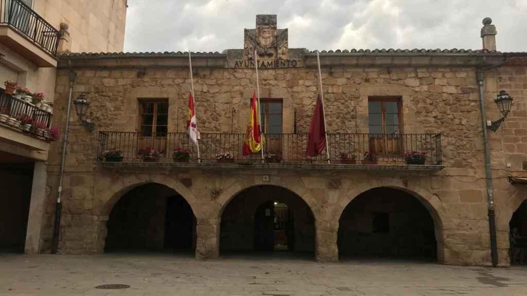 Las banderas del Ayuntamiento de Salas de los Infantes ondeando a media asta en señal de luto.