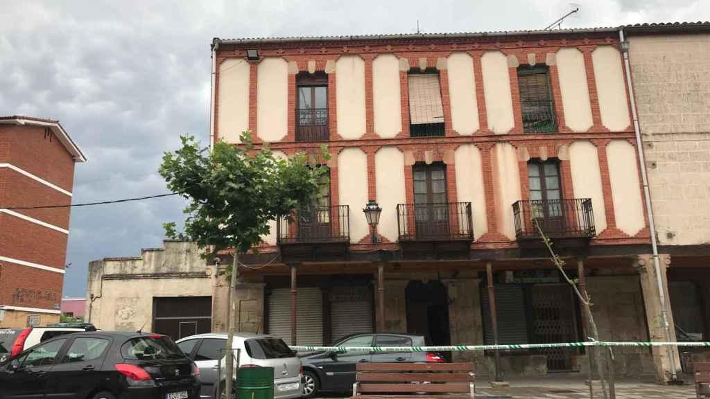 El domicilio de la víctima está situado en el primer piso de este edificio.