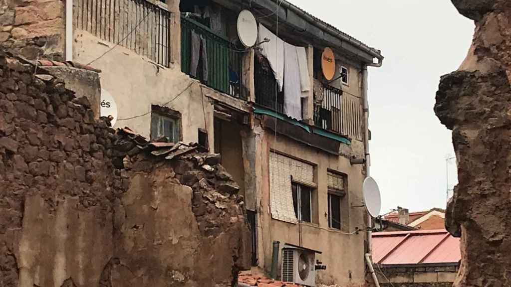 La víctima ha caído por el primer piso de este edificio de viviendas.