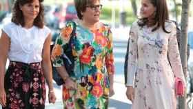 La reina Letizia junto a la secretaria de Estado de Universidades, Investigación e Innovación, Ángeles Heras Caballero; y  y la vicepresidenta de la AECC, Inés Entrecanales.