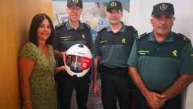 Entrega de los cascos a la Guardia Civil adquiridos por la Asociación de Empresarios de Conil.