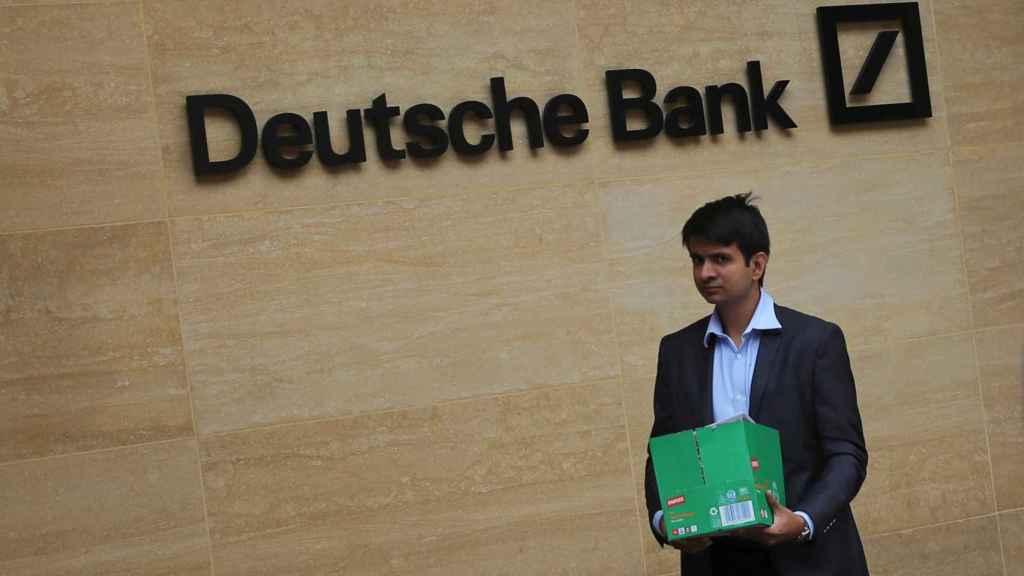 Un empleado abandona una oficina de Deutsche Bank en Londres.