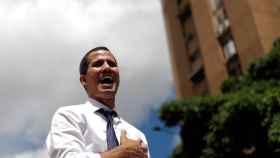 Juan Guaidó canta el himno nacional de Venezuela, en un acto contra el gobierno de Nicolás Maduro.