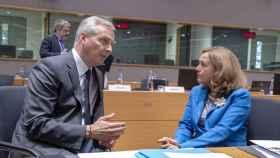 Calviño conversa con su homólogo francés, Bruno Le Maire, durante un Eurogrupo