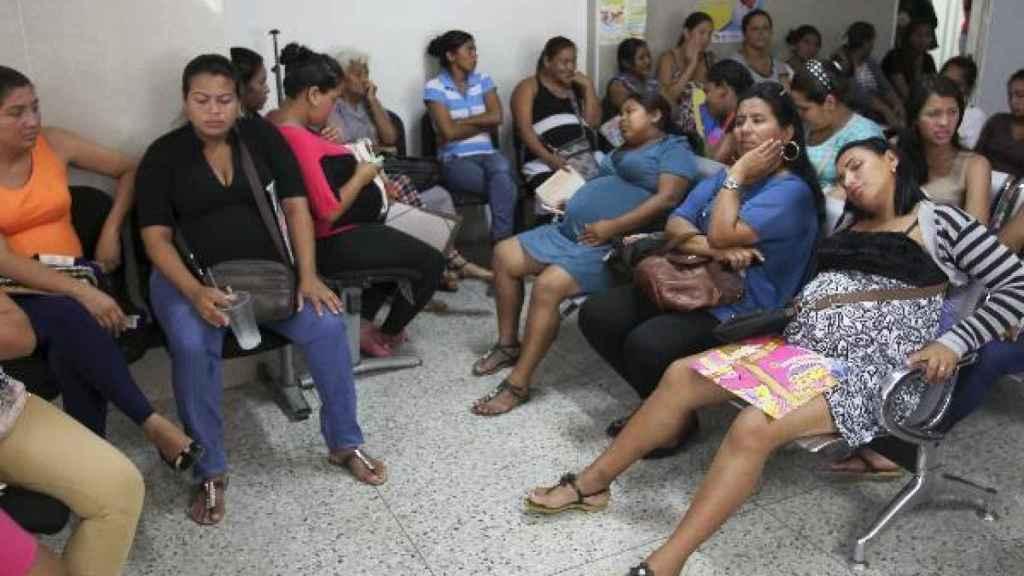 Mujeres embarazadas en la sala de espera de un hospital de Venezuela