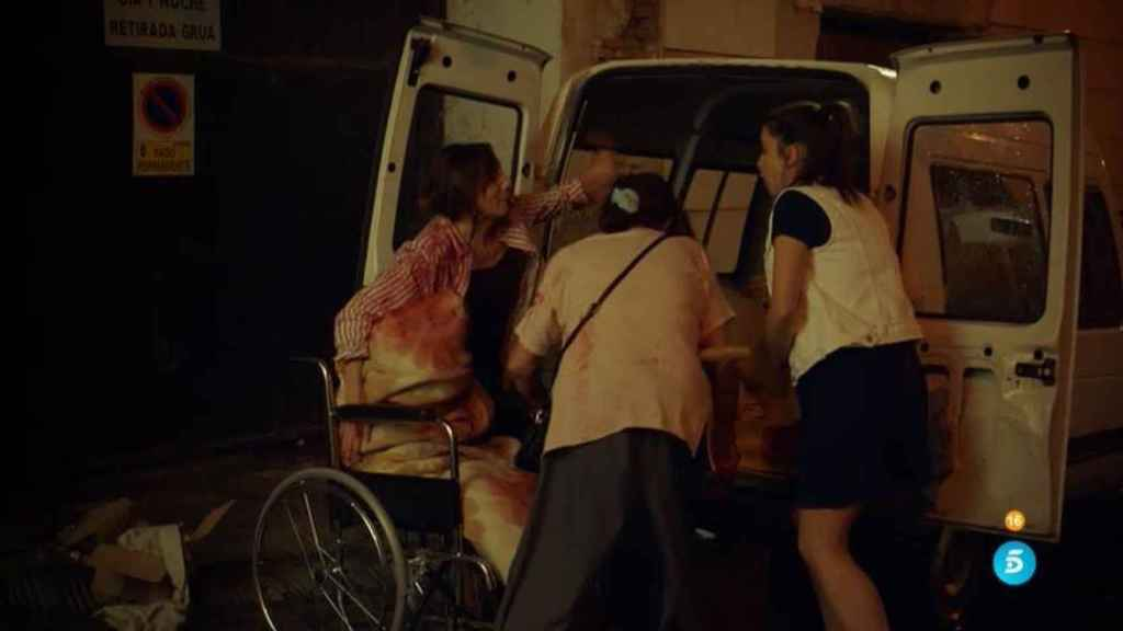 El grupo de amigas trasladando el cuerpo de Elvira.