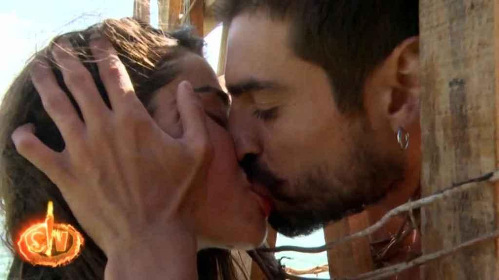 Violeta y Fabio se besan en 'Supervivientes'.
