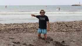 Jorge Campos caminando entre la posidonia en la playa de Sa Ràpita