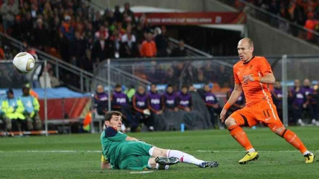 Casillas detiene un mano a mano a Robben en la final del Mundial 2010.