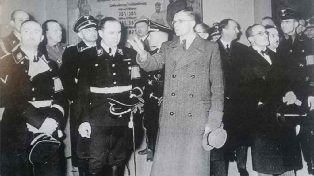Richard Walther Darré (junto al hombre de civil) y Heinrich Himmler (a su izquierda).