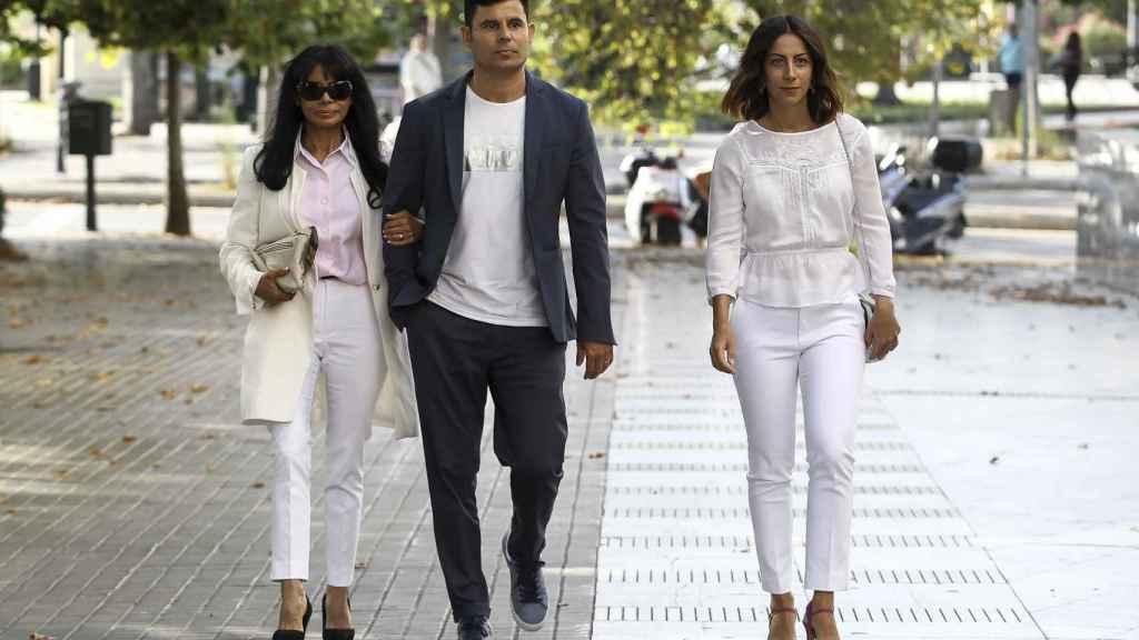 María Edite llegando al juzgado junto a su hijo y la mujer de este.