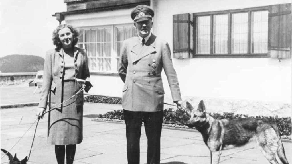 Hitler y Eva Braun en los Alpes.