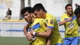 Mario García, que recientemente ha fichado por el CD Toledo, abraza a Zequi, nuevo futbolista del Conquense. Foto: Aragón Pina (El Diario de Cádiz)