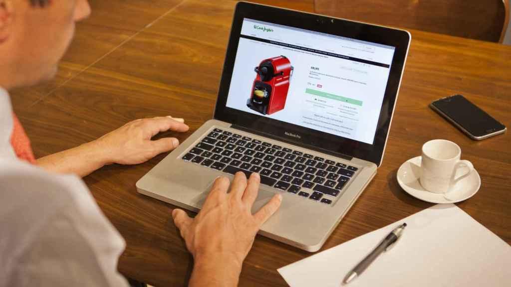 Un usuario realiza una compra a través de Internet.