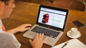 Un usuario realiza una compra en la web de El Corte Inglés.