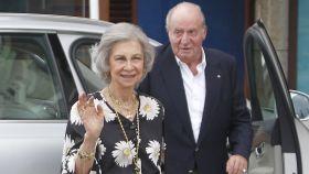 La reina Sofía y Juan Carlos I a su llegada este viernes a una cena en el real Club Náutico de Sanxenxo en honor a la Armada.