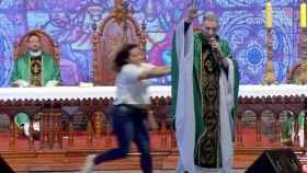 El momento en el que la mujer empujó al sacerdote en plena misa
