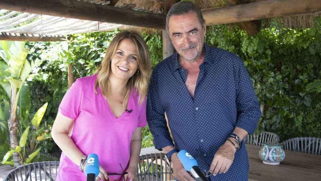 Pilar García Muñiz y Carlos Herrera posan en una fotografía.