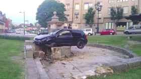 El coche ha causado graves daños a la fuente del siglo XVIII ubicada en un barrio de Oviedo