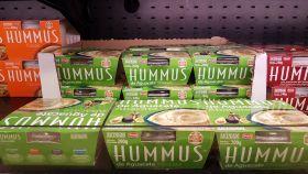 El hummus de aguacate de Mercadona en una de las estanterías del supermercado.