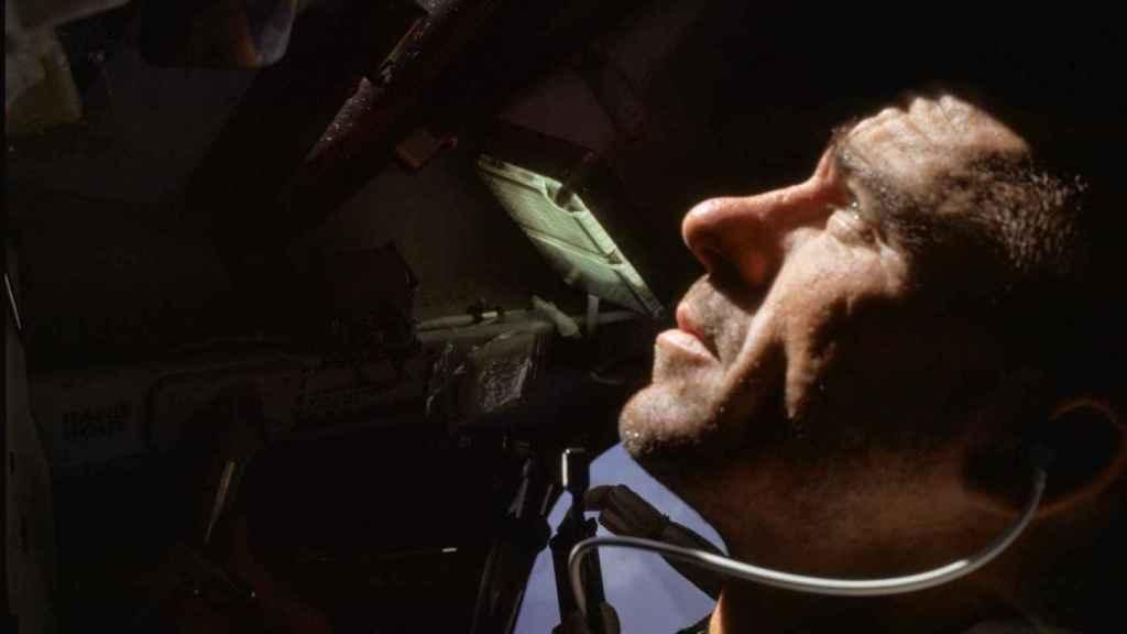 Walt Cunningham pilotando el módulo lunar en la misión Apolo VII.