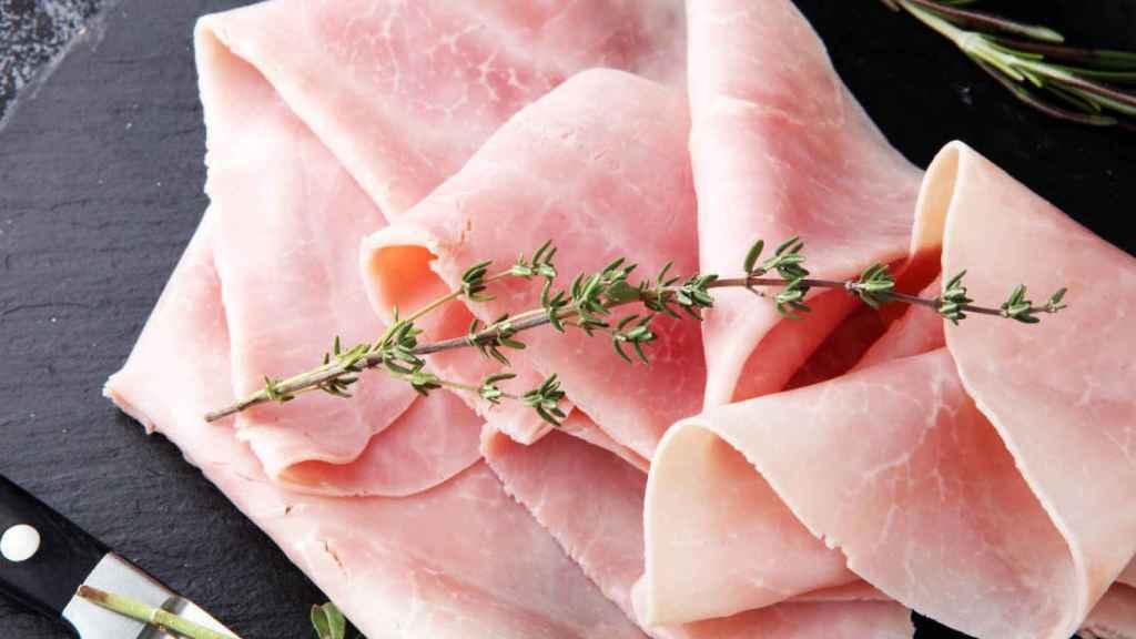 Unas lonchas de jamón de York extra sobre un plato.