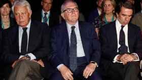 González y Aznar, antes de subir al escenario, junto al moderador de la charla, el exministro Eduardo Serra. / EFE