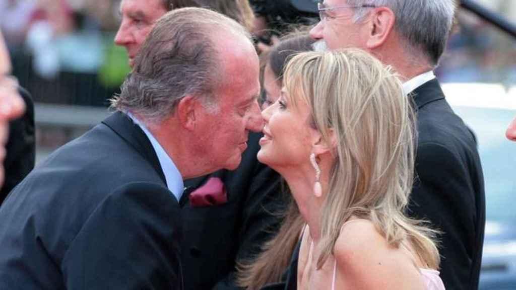 Juan Carlos I saluda a Corinna Larsen en un acto institucional.