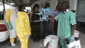 Un grupo de sanitarios controla la pandemia del ébola en el Congo.