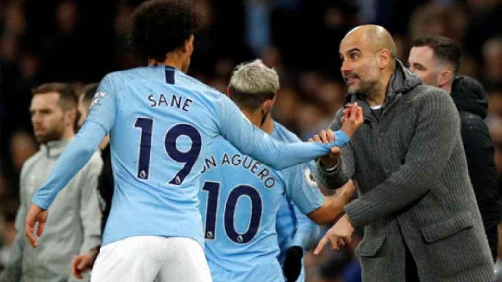 Leroy Sané y Pep Guardiola durante un partido con el Manchester City.