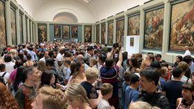 La Galería Médicis, donde se expone la 'Mona Lisa' temporalmente, abarrotada.