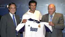 Florentino Pérez, Luis Figo y Alfredo Di Stéfano durante la presentación del portugués con el Real Madrid