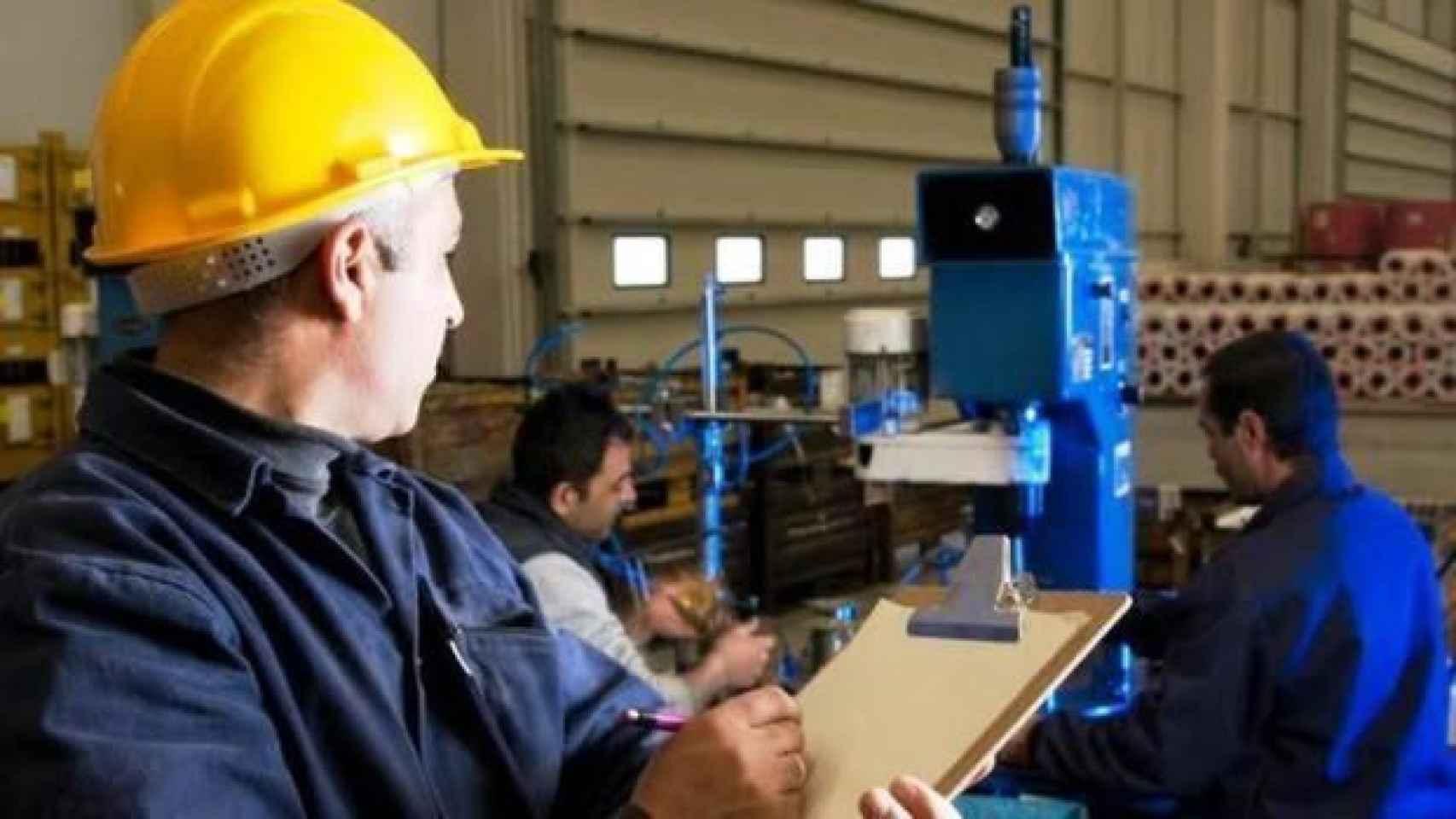Un obrero en una fábrica en una imagen de archivo.