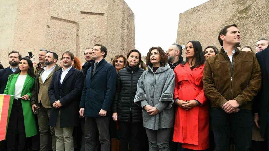 Líderes de los partidos políticos convocantes de la manifestación, en el escenario, tras la lectura del manifiesto