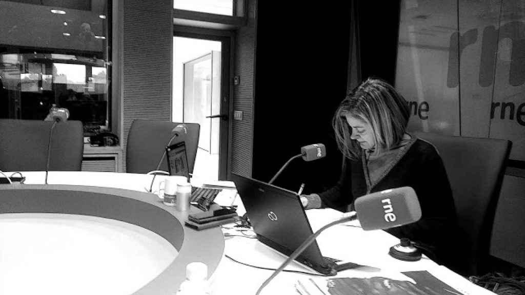 Pepa Fernández en los estudios de Radio Nacional de España (RNE)