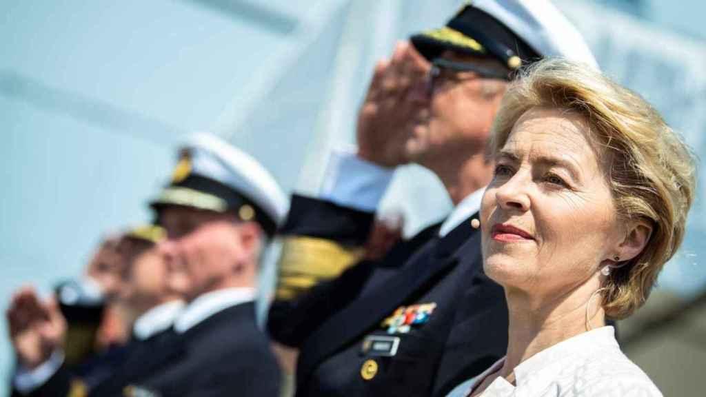 Ursula von der Leyen, presidenta de la comisión europea, posa junto al ejército.
