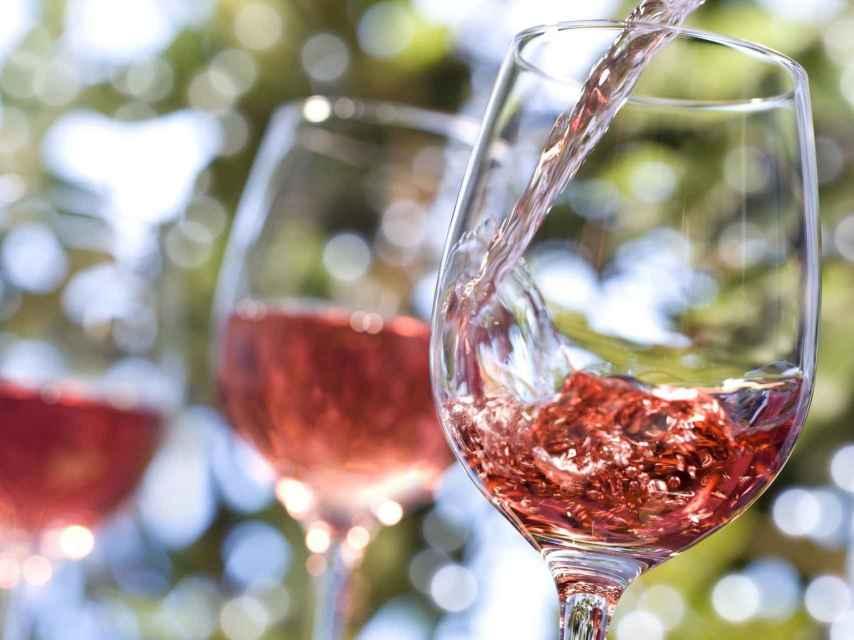 Un rosado fresquito es buen acompañante de los platos veraniegos.
