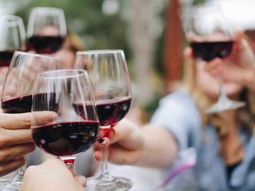 Brindar con vino durante las cuatro estaciones.