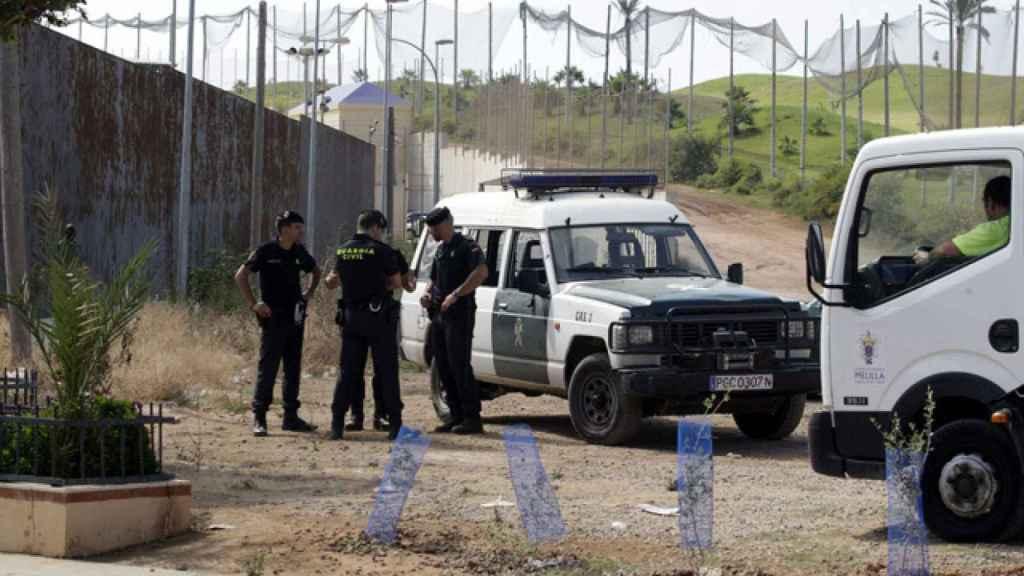 Guardias civiles junto a la valla de Melilla, en una imagen de archivo.