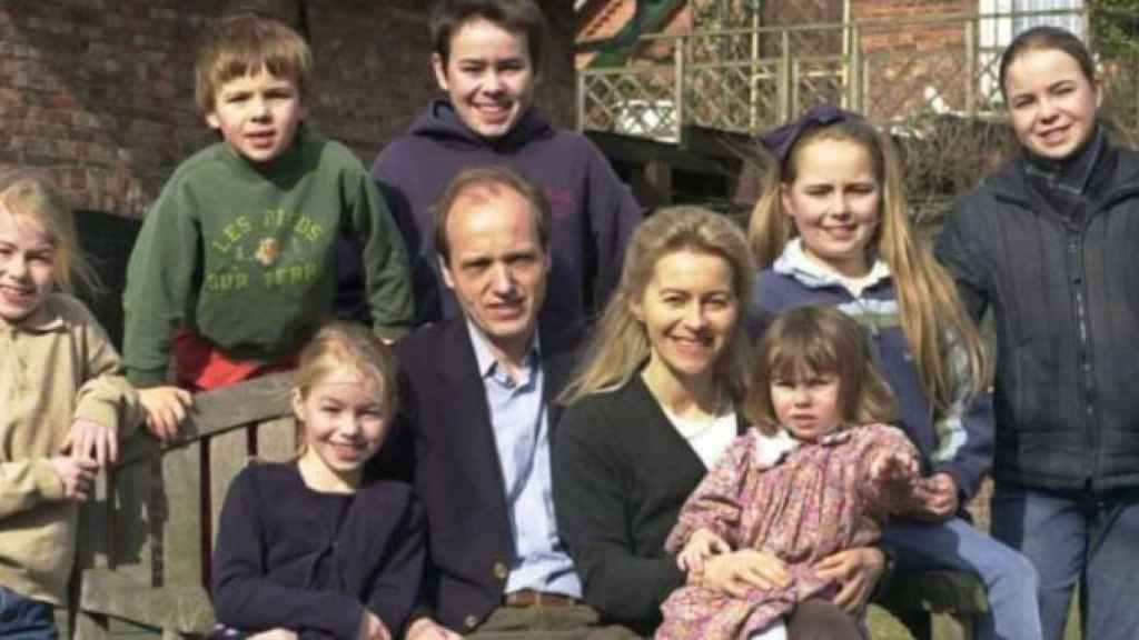Ursula von der Leyen y su marido Heiko, junto a sus siete hijos.