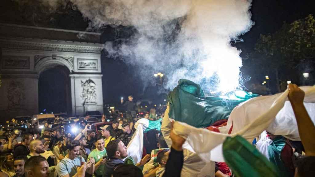 Celebraciones de hinchas argelinos en las calles de Francia.