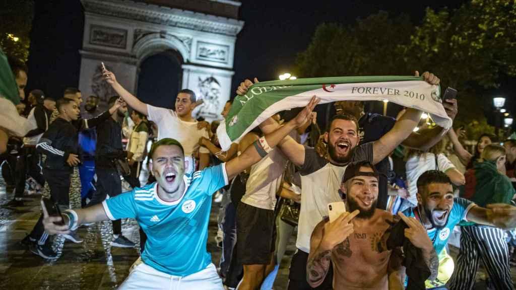 Hinchas argelinos en Francia.